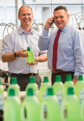 Hauke von Essen und Timm Wemmel in der KAWE-Reinigungsmittelproduktion