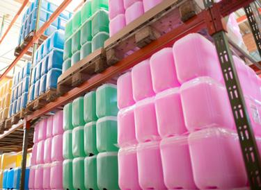 Kanister mit selbstproduzierten reinigungsmitteln in der KAWE-Logistik.